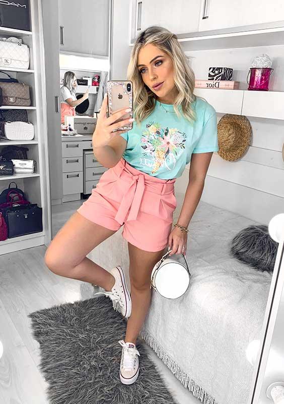 blusa azul, short rosa e tênis