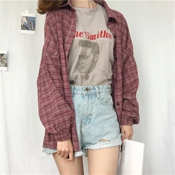 camisa oversized xadrez vermelho, t-shirt cinza estampada, short jeans