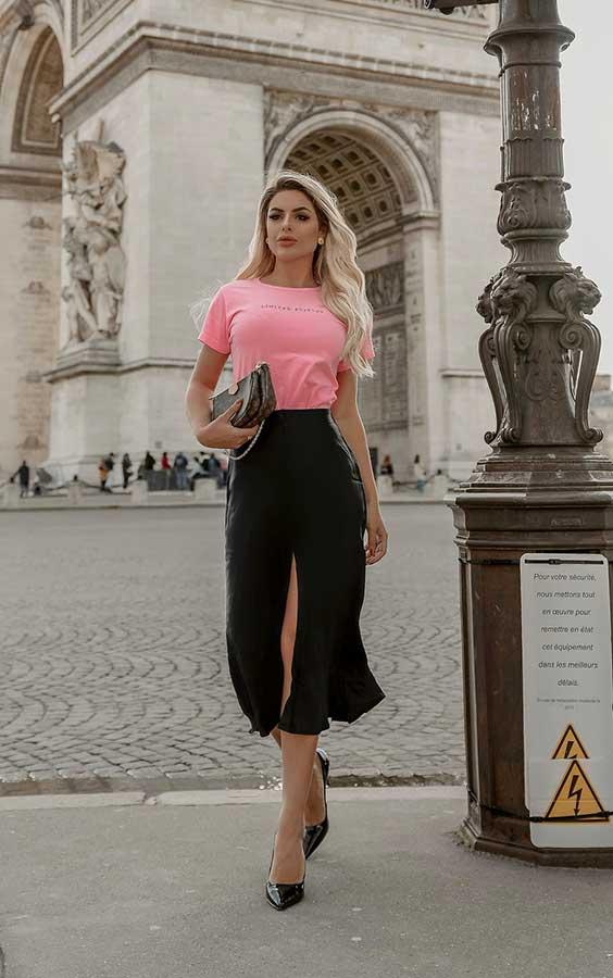 blusa rosa e saia midi preta
