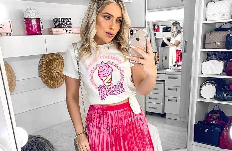 blusa estampada e saia plissada rosa