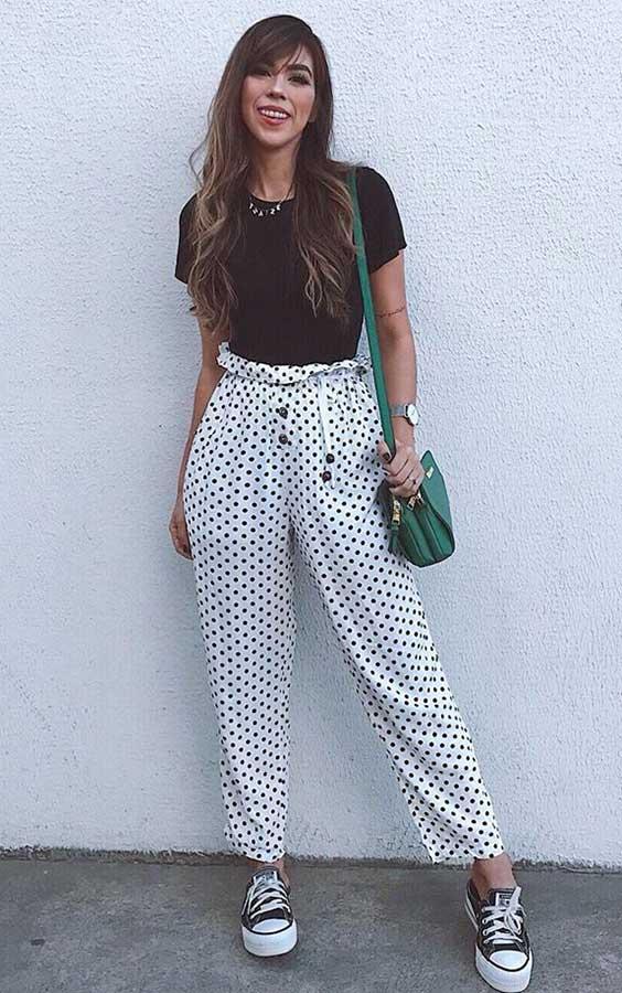 t-shirt preta, calça branca com estampa de bolinhas, all star preto