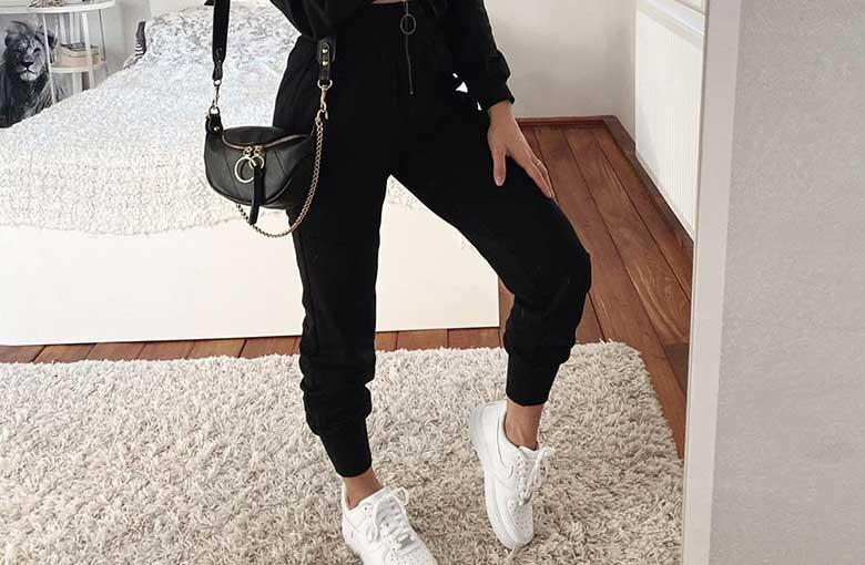 calça jogger preta e tênis branco