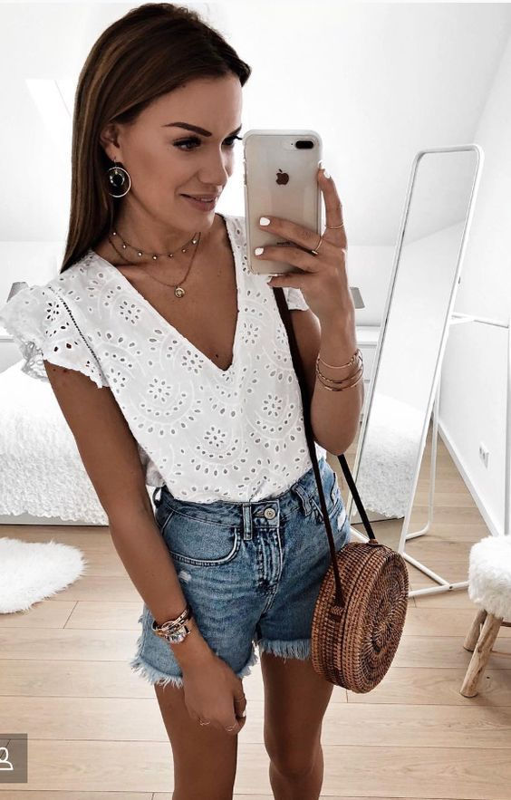 batinha branca e short jeans