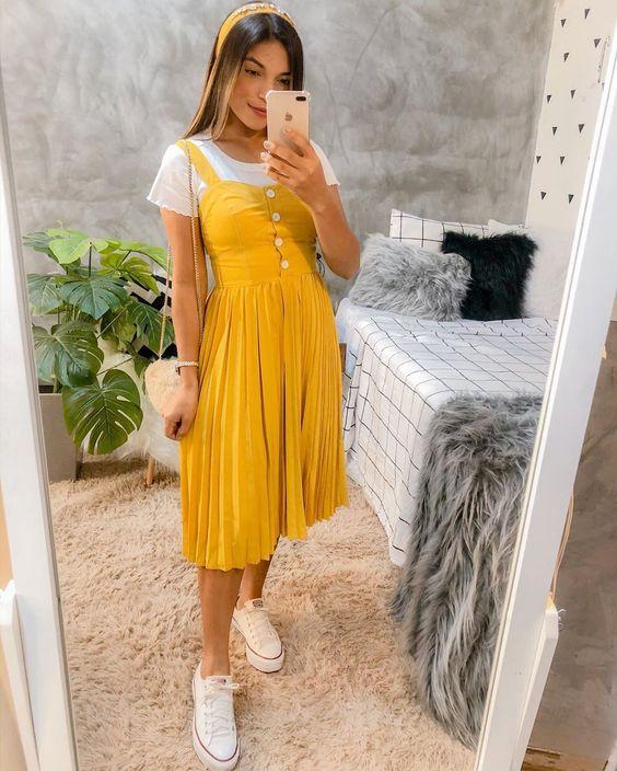 sobreposição com vestido amarelo e blusa branco