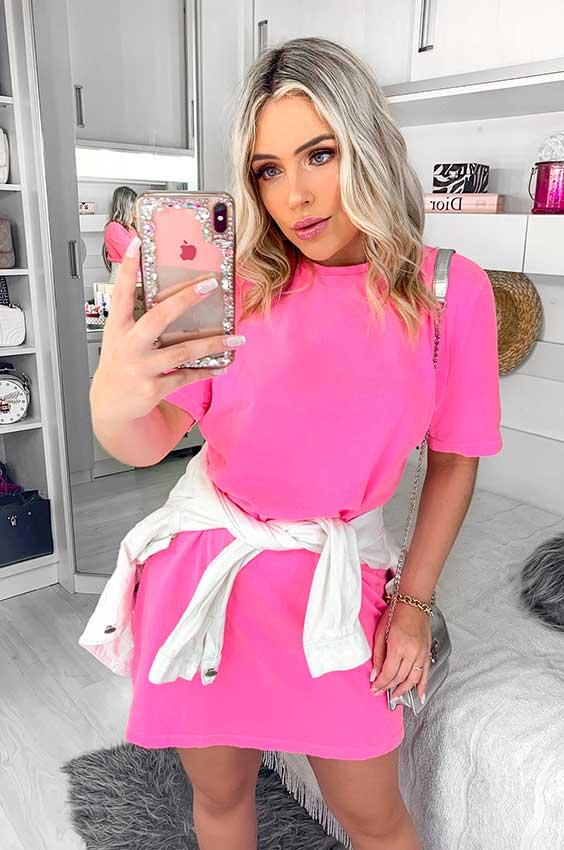 t-shirt dress rosa e tênis branco