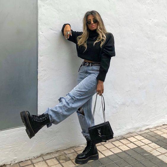 blusa preta de mangas bufantes, calça jeans larga, coturno preto