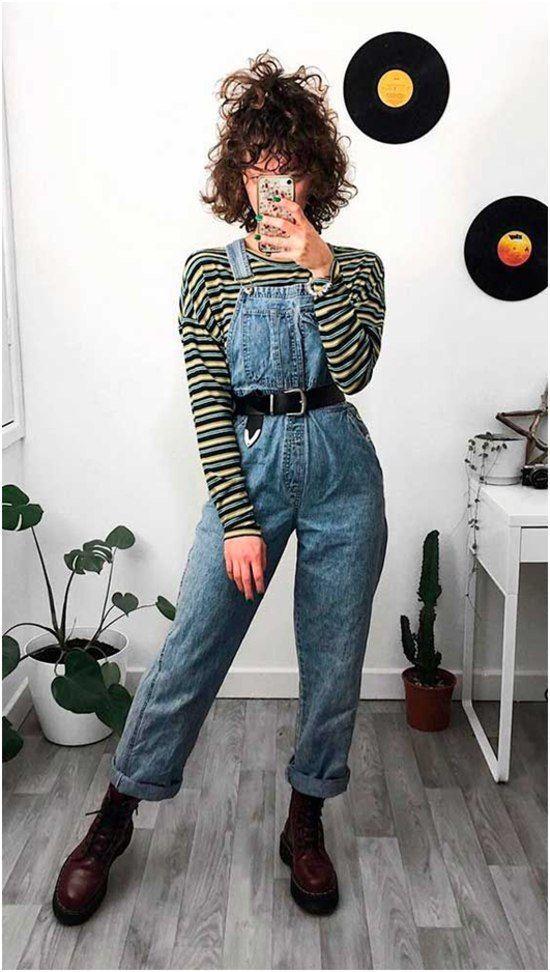 blusa de manga listrada, jaqueta jeans, cinto preto e coturno