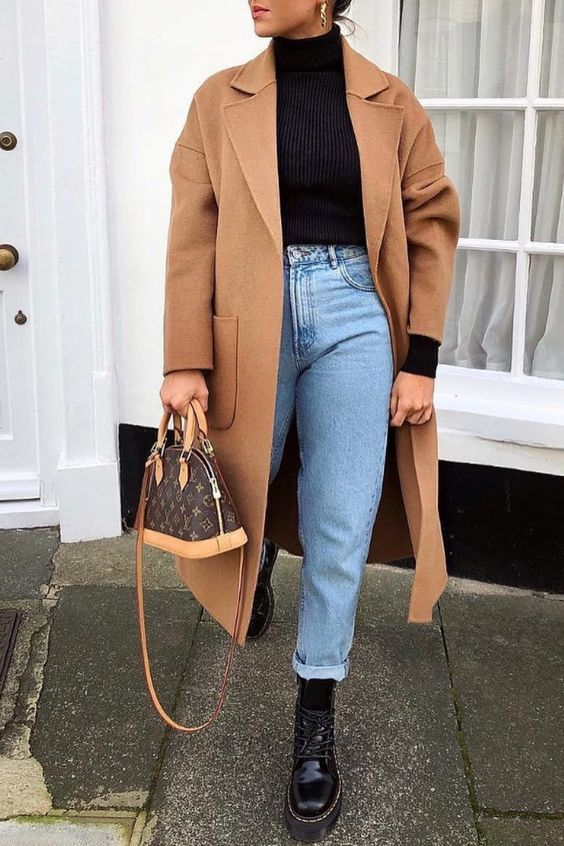 trench coat bege, mom jeans e coturno Dr. Martens