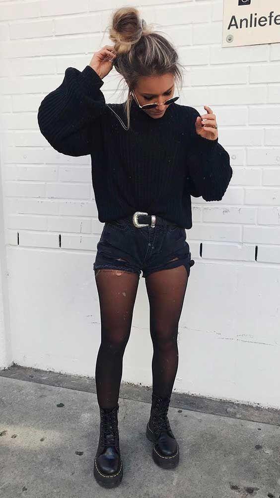 suéter preto, short jeans, cinto western, meia-calça, coturno