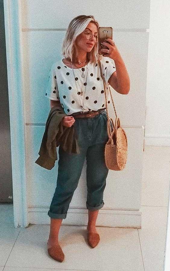 blusa de poá, calça jogger preto, bolsa de palha redonda