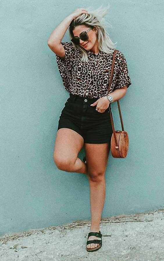 Lau Lopes, camisa de oncinha, short preto, papete