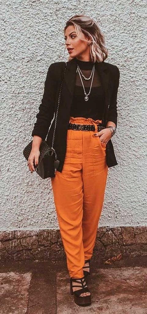 Lau Lopes, blazer preto, calça laranja