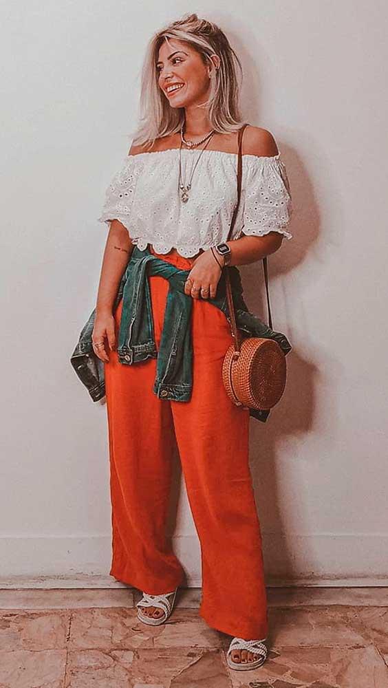 top de renda com decote ombro a ombro, calça laranja