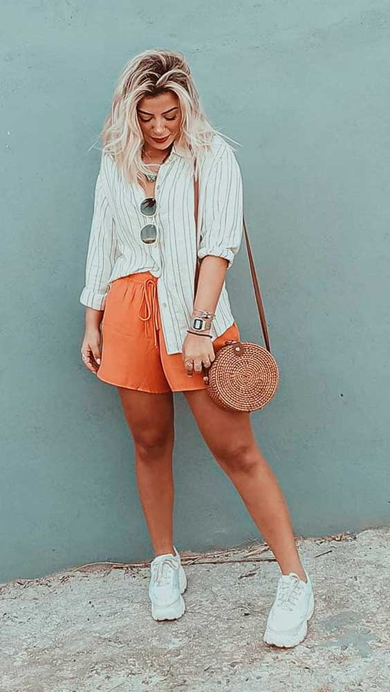 Lau Lopes, camisa branca, short laranja