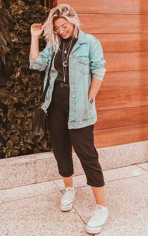 jaqueta jeans, calça de alfaiataria preta, all star branco plataforma