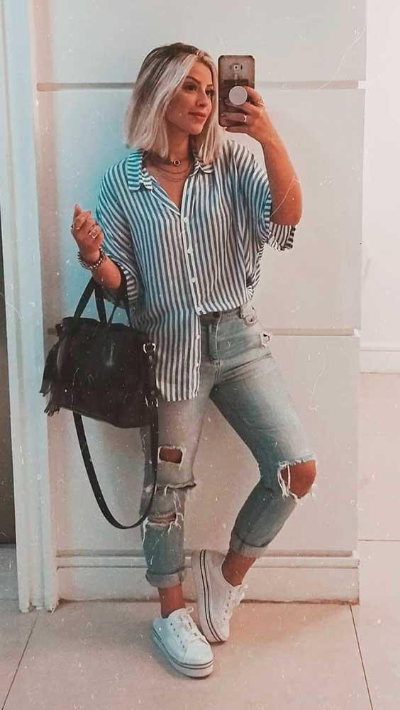 Lau Lopes, camis azul listrada, calça jeans destroyed