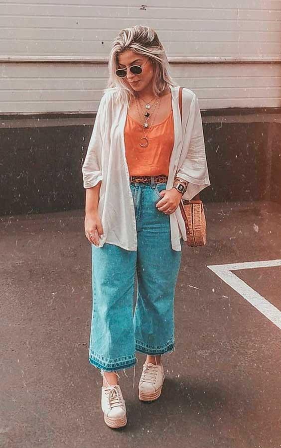 kimono branco, regata laranja, calça pantacourt jeans
