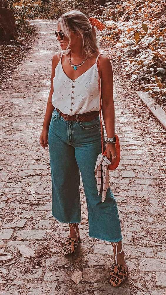 regata branca, calça pantacourt jeans
