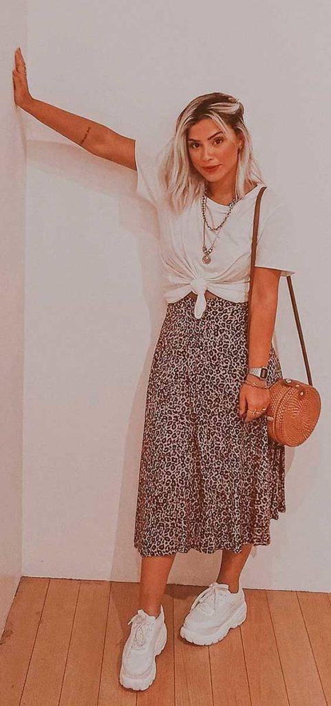 Lau Lopes, blus abranca, saia de animal print, tênis branco