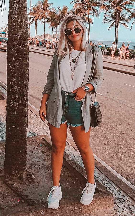 Lau Lopes, t-shirt branca, short jeans desfiado
