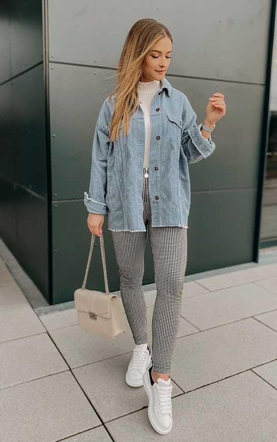 jaqueta jeans oversized, blusa branca de gola alta, calça cinza e tênis branco