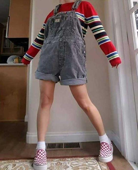 blusa de manga listrada e jardineira anos 90 cinza