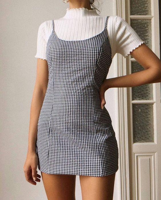 sobreposição anos 90 com blusa branca e vestido xadrez cinza