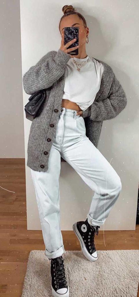 looks de frio com cardigan cinza, mom jeans e t-shirt cropped