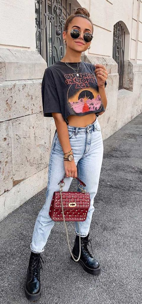 t-shirt cropped, mom jeans e coturno