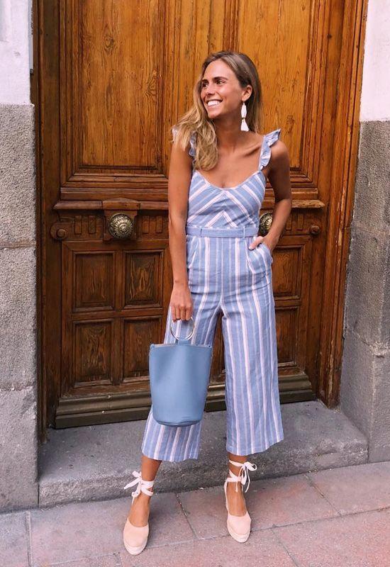 roupa listrada azul e espadrilha