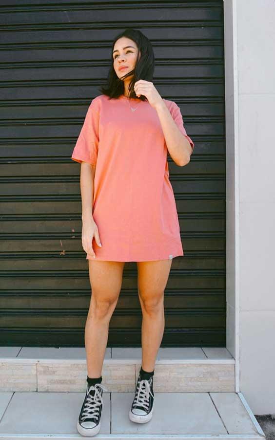 looks basicos, t-shirt dress rosa e tênis all star