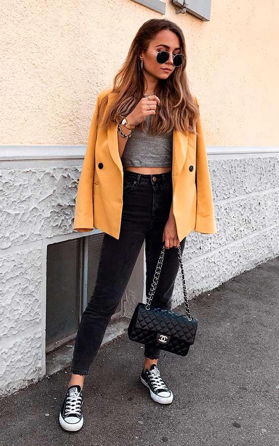 blazer amarelo, cropped, calça peta e all star
