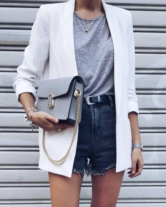 blazer e short jeans, regata cinza, bolsa cinza com alça de corrente