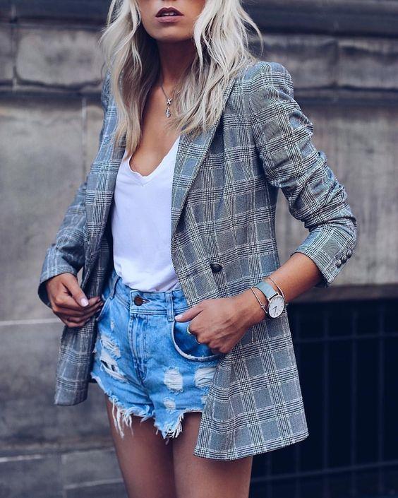 blazer cinza xadrez, short jeans desfiado e regata branca