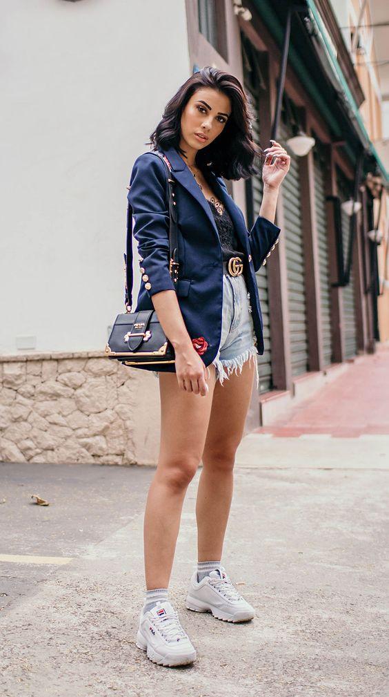 blazer e short jeans, regata de cetim e tênis branco