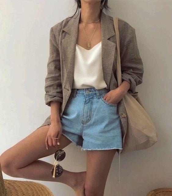 blazer e short jeans, regata de cetim
