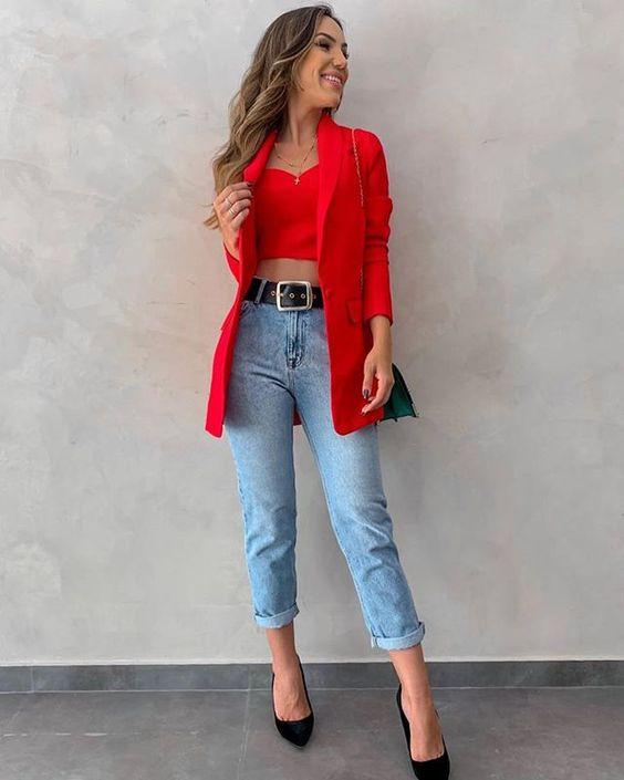 blazer vermelho, cropped, calça jeans e scarpin