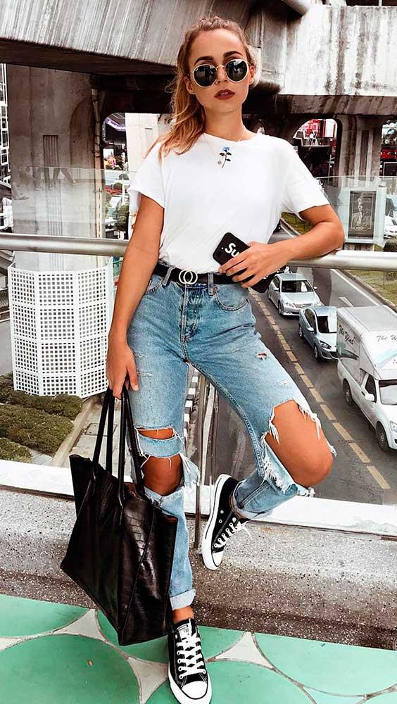 t-shirt branca, calça jeans com rasgo no joelho, tênis all star preto