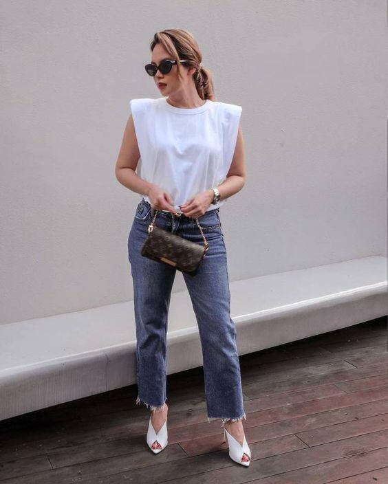 calça jeans cinza, bolsa clutch