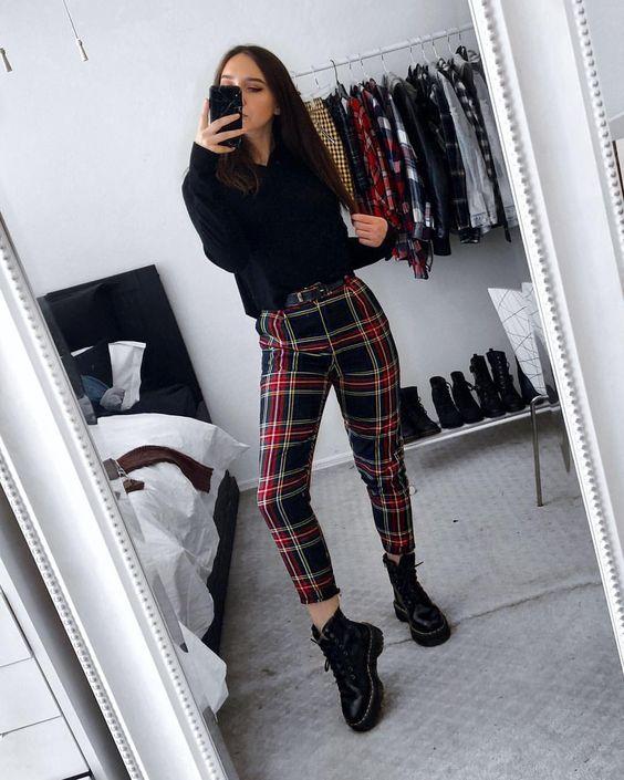 blusa de manga, calça xadrez vermelha, coturno preto