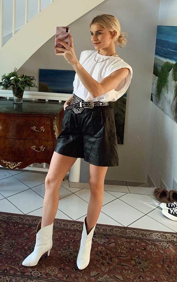 muscle tee branca, short de couro e cowboy boots