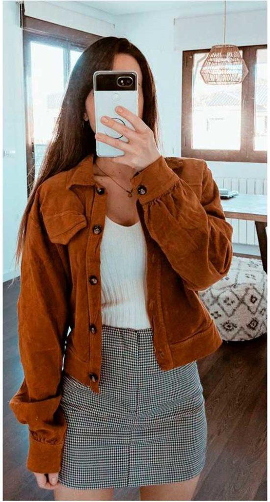 casaco marrom de camurça, regata branca, minissia xadrez vichy