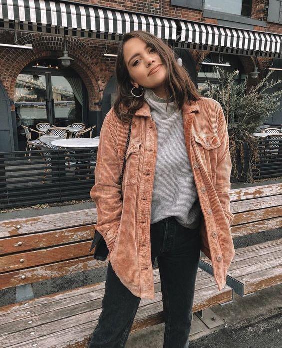 casaco marrom de camurlça, suéter cinza e calça perta