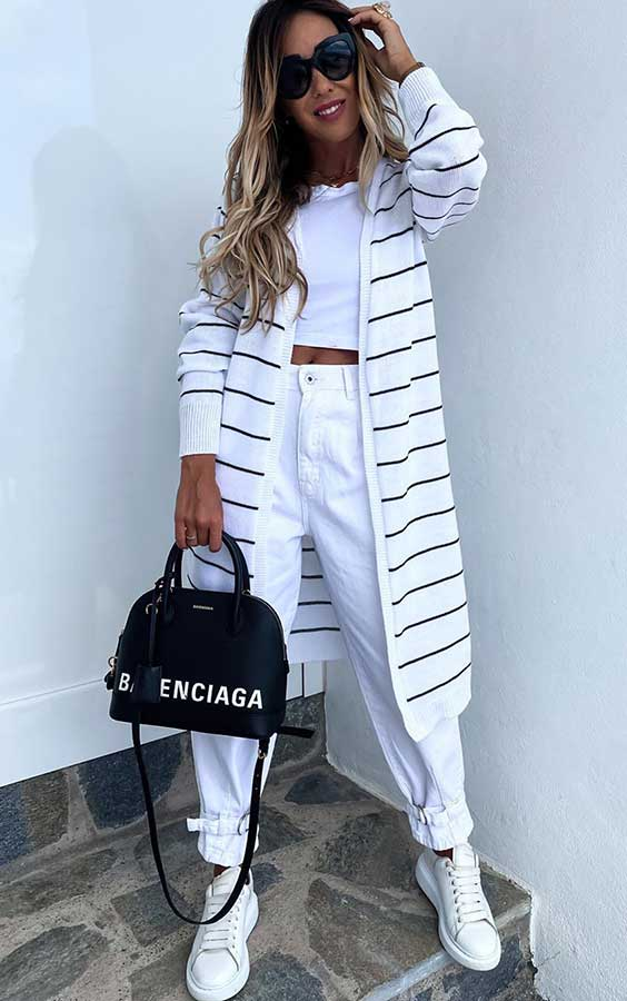 maxi cardigan listrado, cropped branco, calça branca e tênis branco
