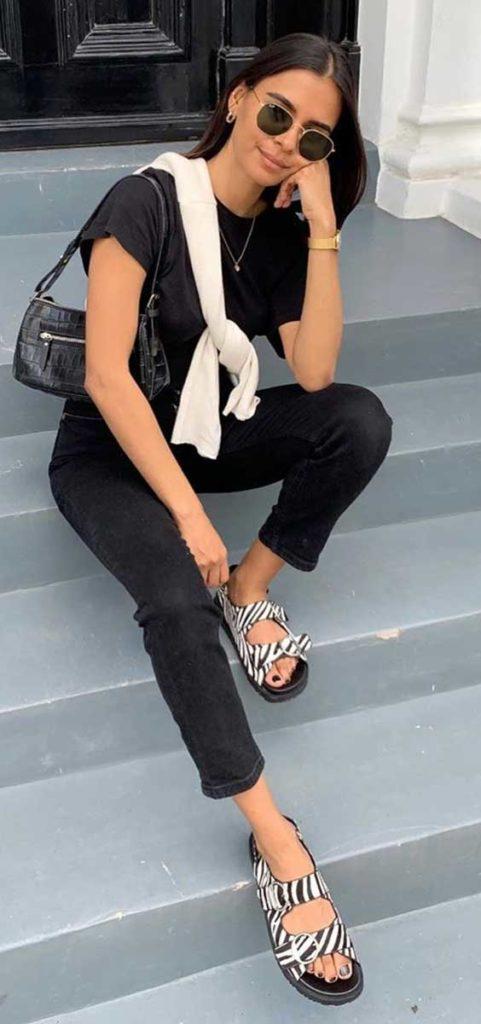 blusa, calça preta e papete de zebrinha
