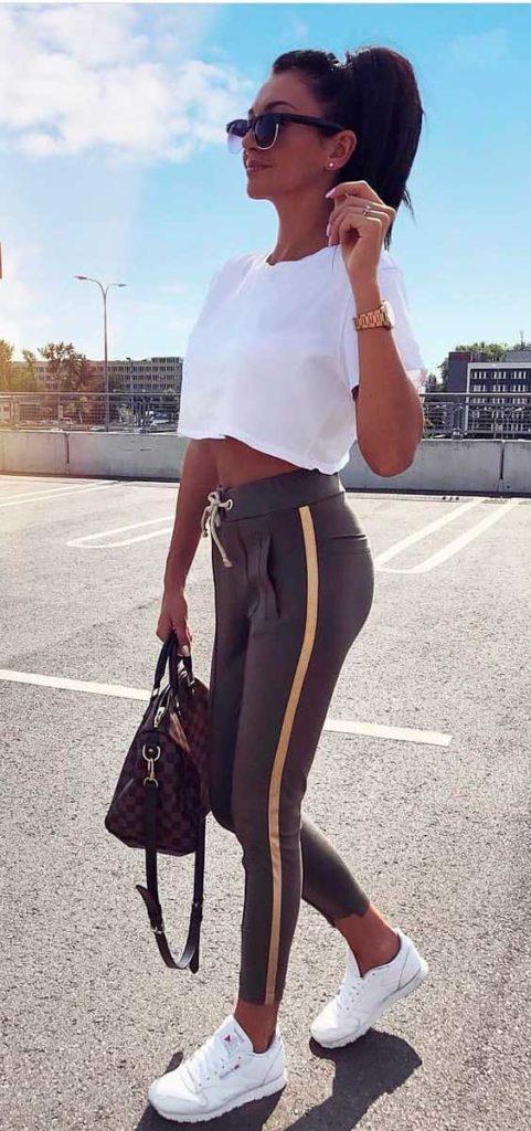 cropped, calça jogger e tênis branco