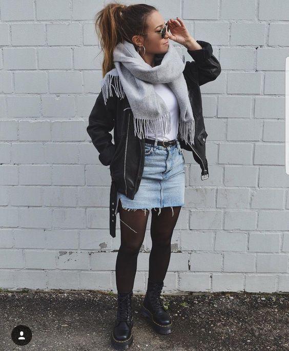 casaco de couro, cahecol, minissaia jeans, meia-calça preta