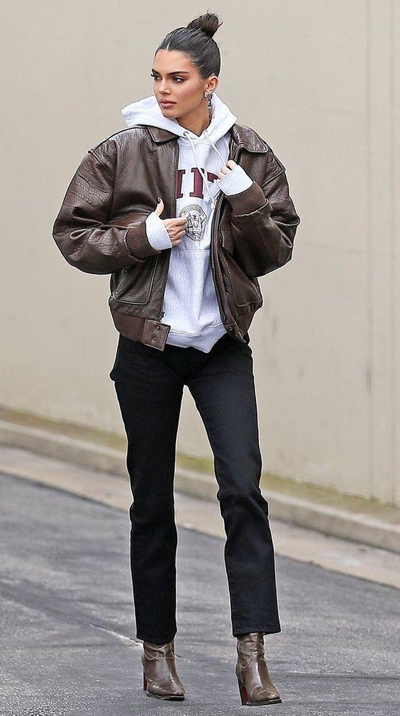 hoodie, jaqueta bomber marrom e calça de alfaiataria