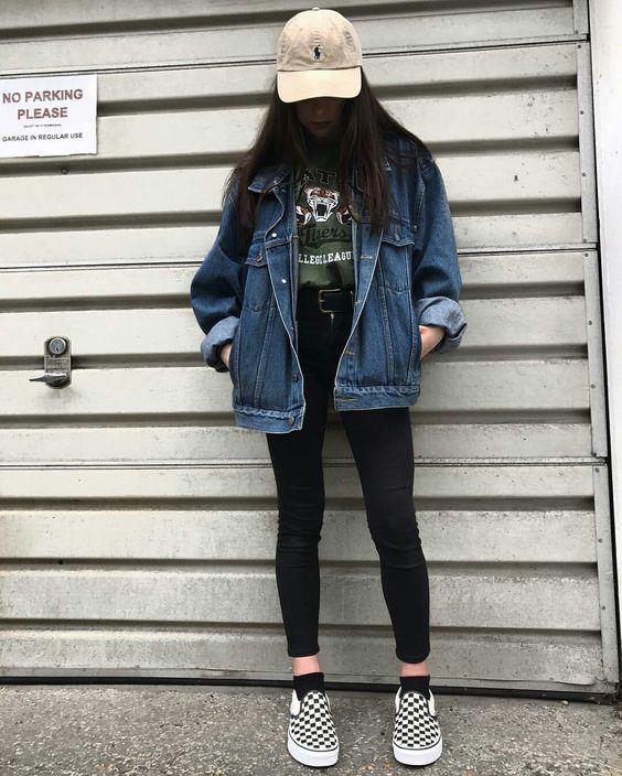 boné bege, t-shirt verde militar, jaqueta jeans destroyed, calça skinny preta