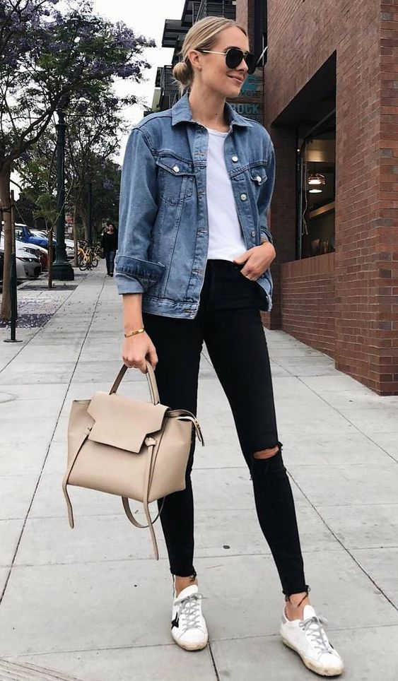 jaqueta jeans e blusa branca, calça preta skinny com rasgo no joelho